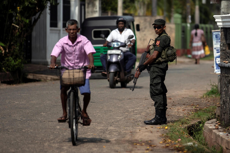 Un soldat monte la garde près de l'église Saint-Sébastien, à Negombo, le 1er mai 2019.