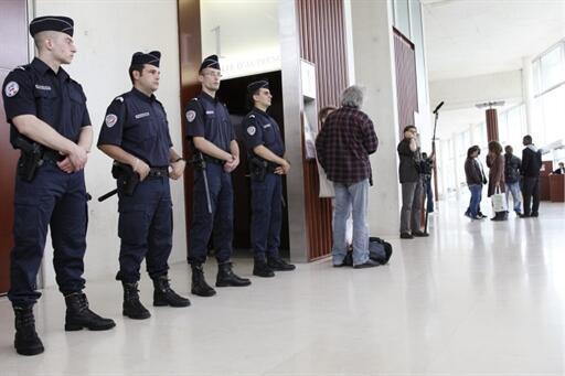 De nombreux policiers ont été déployés à l'intérieur et aux alentours du  palais de justice de Pontoise, le 21 juin 2010.