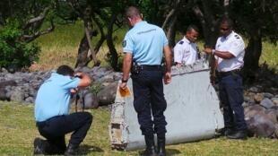 Les gendarmes français examinent la pièce retrouvée à Saint-André de La Réunion par les employés d'une association.