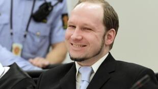 O assassino Anders Behring Breivik sorri durante julgamento no Tribunal de Oslo, nesta quinta-feira.
