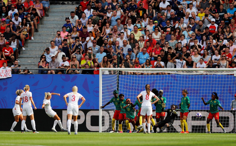 Steph Houghton ouvre la marque pour l'Angleterre face au Cameroun.
