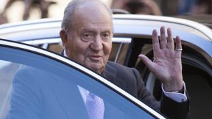 El rey emérito Juan Carlos I saluda después de asistir a la tradicional Misa de Resurrección del Domingo de Pascua en la catedral de Palma de Mallorca, el 1 de abril de 2018 en la ciudad española