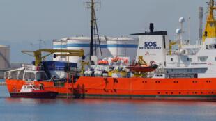 L'«Aquarius», affrété par SOS-Méditerranée et Médecins sans frontières, arrivant à son tour dans le port de Valence, dimanche 17 juin 2018.