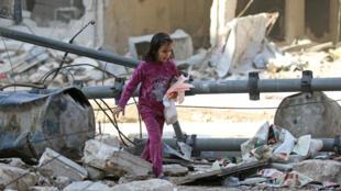 Una niña en un barrio de Alepo que ha sido objetivo de bombardeos, 17 de noviembre de 2016.