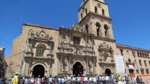 Parada del grupo de ciclistas de Masa Crítica La Paz, delante de la iglesia de San Francisco, patrimonio histórico de La Paz.