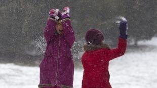 女孩子在紐約街心公園玩雪球 (2015年1月26日)
