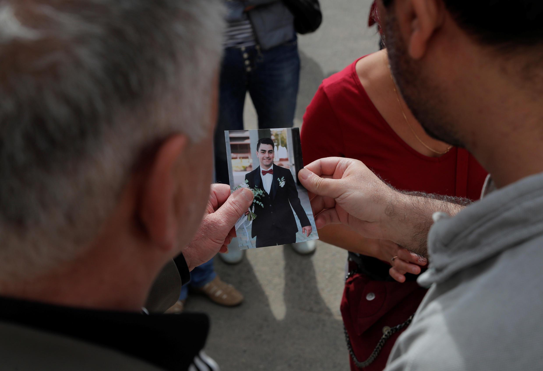 Мужчина показывает фотографию своего сына, который пропал в Минске после начала задержаний. 13 августа 2020.
