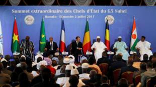 Les présidents des pays du G5 et Emmanuel Macron, le 2 juillet 2017 à Bamako.
