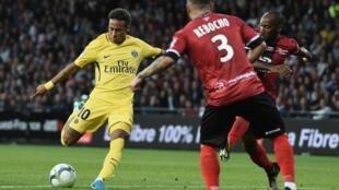 Neymar (esquerda), avançado brasileiro do PSG, marcou o seu primeiro golo no campeonato francês frente ao Guingamp do defesa português Pedro Rebocho (de costas), na vitória do PSG por 3-0.