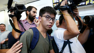 香港社会民运人士黄之峰在遭到曼谷机场扣押12小时候被遣返会香港,2016年10月5号香港机场