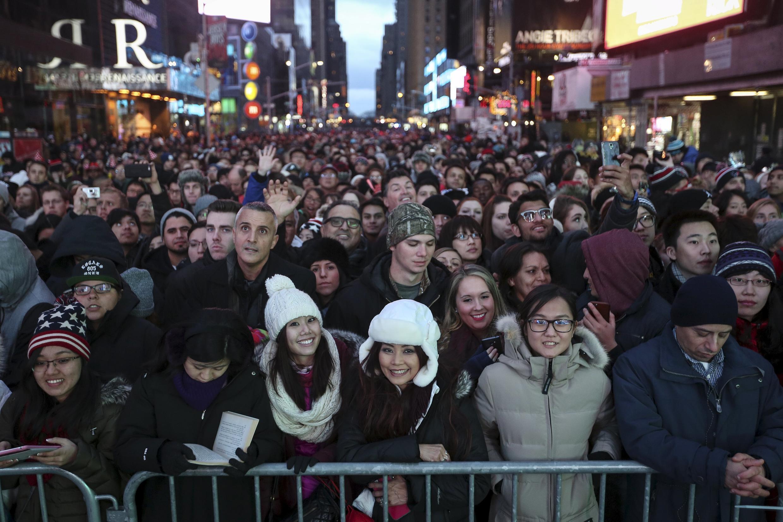 Theo truyền thống, hàng triệu người đổ về đón mừng năm mới tại Times Square, New York, Hoa Kỳ, vào tối ngày 31/12 hàng năm.