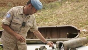 Un soldat belge de l'ONU explique le fonctionnement d'une arme à sous-munitions, à Tibnin, au Liban. Photo datée du 20 avril 2007.