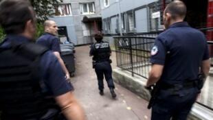 Des policiers patrouillent dans la zone de sécurité prioritaire de Saint-Denis, en banlieue parisienne.