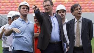 O secretário-geral da Fifa, Jérôme Valcke, observa as obras do estádio da Amazônia neste domingo (16).