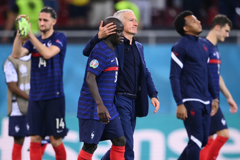Le sélectionneur de la France, Didier Deschamps, console ses joueurs après leur défaite lors du match du huitième de finale de l'Euro 2020 contre la Suisse à l'Arena Nationala de Bucarest, le 28 juin 2021.