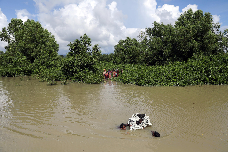 Người Rohingyas cố bơi qua con sông ở biên giới giữa Miến Điện và Bangladesh tại vùng Palang Khali. Ảnh tư liệu ngày 09/10/2017.
