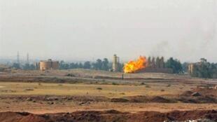 Torchère dans un champ près de la ville de Kirkouk riche en pétrole, au Kurdistan irakien.