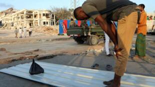 Mardi 17 octobre: recueillement sur le lieu de l'attentat au camion piégé samedi 14 octobre dans le centre de Mogadiscio.