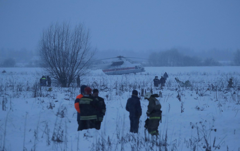 As equipes estão em busca de corpos nos destroços, apesar da neve intensa na região.