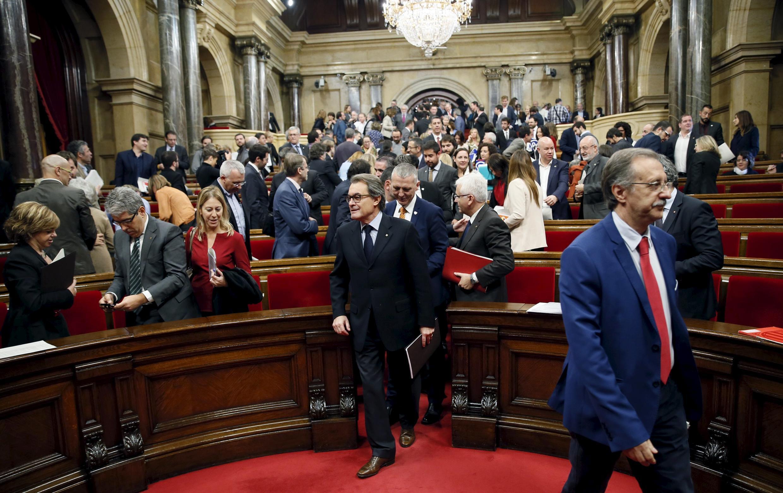 Wabunge wa Catalonia wanatoka bungeni baada ya kura ya azimio kwa ajili ya uhuru, tarehe 9 Novemba 2015 huko Barcelona.