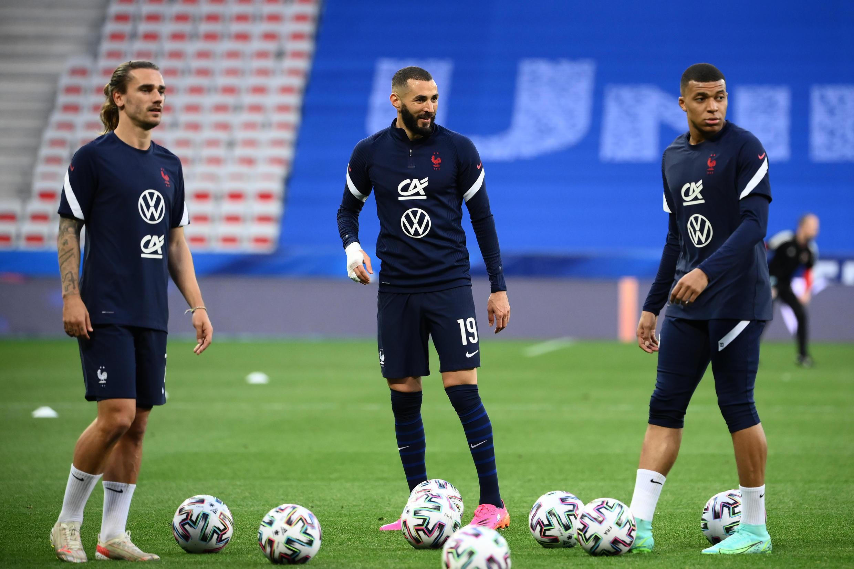 Antoine Griezmann, Karim Benzema et Kylian Mbappé s'échauffent avant le match contre Galles en préparation à l'Euro le 2 juin 2021 à Nice