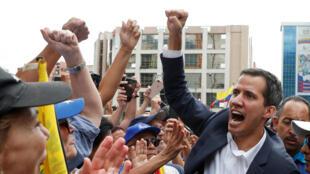 Juan Guaido au sein d'un groupe de manifestants anti-Maduro, le 23 janvier 2019.