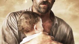 Detalle del afiche de la película 'Operación E. La liberación de un niño, la paz de un país'.