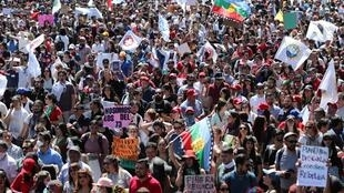 Milhares continuam a protestar no Chile, apesar de pedido de desculpas de Piñera.