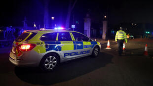 Polícia cerca área próxima do palácio de Buckingham após detenção de agressor armado com espada.
