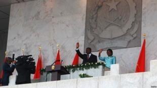 Rais mpya wa Angola Joao Lourenço, pamoja na mkewe, akisalimu umati wa watu wakati akitawazwa huko Luanda, Angola, Septemba 26, 2017.