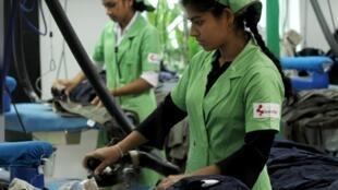 Des ouvrières dans une usine de fabrication de vêtements à destination du Royaume-Uni