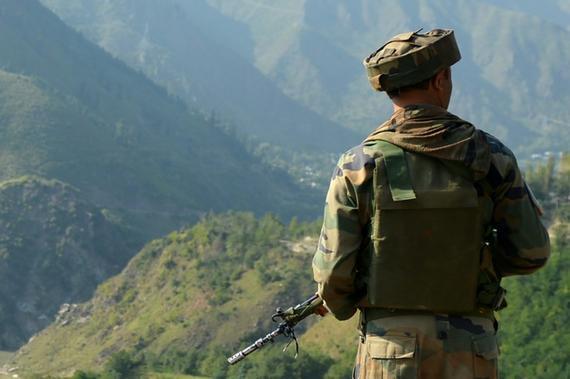 一名印度軍人9月18日在印控克什米爾一端站崗