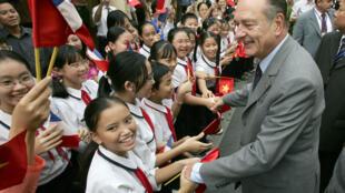 Tổng thống Pháp, Jacques Chirac bắt tay trẻ em Việt Nam tại Trung tâm Văn hóa Pháp, Hà Nội, ngày 07/10/2004.