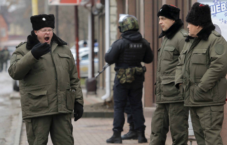 Донецкие казаки охраняют территорию вокруг городского суда, где проходит суд над Савченко. 22 марта 2016