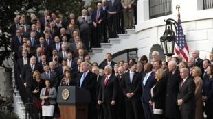 特朗普稅改法通過 喜不自勝,召集多數黨議員在白宮慶祝。