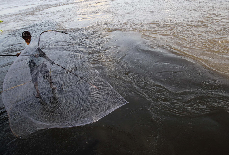 Một ngư dân Cam Bốt chài lưới trên dòng sông Mêkông mùa nước lũ. Ảnh chụp ngày 26/10/2011.