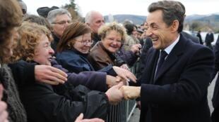 Le président français Nicolas Sarkozy le 25 novembre 2010 lors d'un bain de foule à Mayet-de-Montagne (Allier).