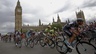 Les concurrents du Tour de France passent devant Big Ben à Londres, le 7 juillet 2014.