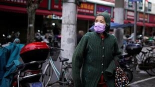 中国一位戴口罩行人