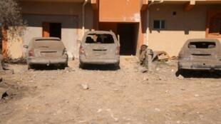 Dommages sur des véhicules de jihadistes après le raid américain sur Sabratha, le 19 février 2016.