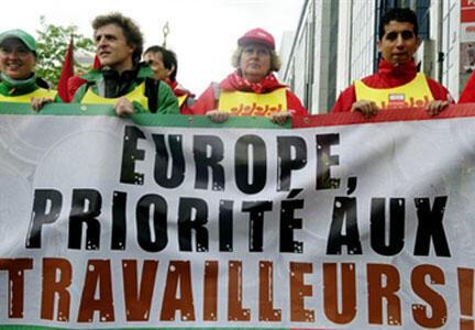 """Манифестанты с лозунгом: """"Европа! Приоритет - трудящимся!"""""""