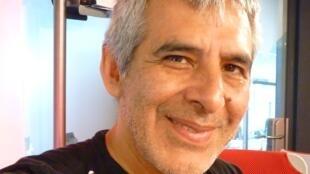 El cantante y compositor argentino Peteco Carabajal en los estudios de RFI en París.