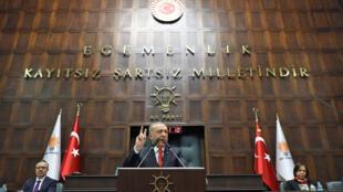 """رجب طیب اردوغان، رئیس جمهوری ترکیه در سخنرانی خود در جمع اعضای فراکسیون حزب """"عدالت و توسعه"""" در پارلمان این کشور. سهشنبه ١۶ بهمن/ ۵ فوریه ٢٠۱٩"""