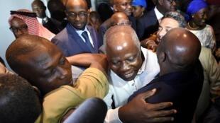 L'ex-ministre de la Défense ivoirien Kadet Bertin (C) et Watchard Kedjebo (G), ancien membre de la Galaxie patriotique sous le régime Gbagbo, à leur arrivée à Abidjan, le 30 juin 2016.