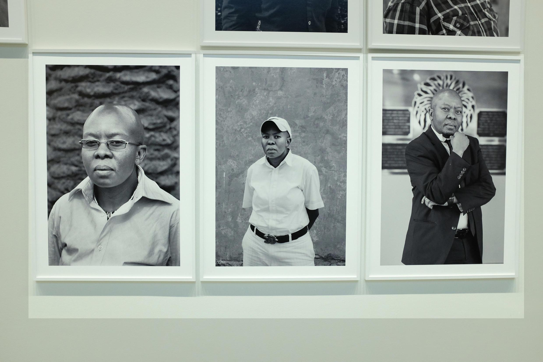 La transformation de Nkunzi Nkabinde qui travaille à la Cour constitutionnelle à Johannesburg, captée par la photographe sud-africaine Zanele Muholi.