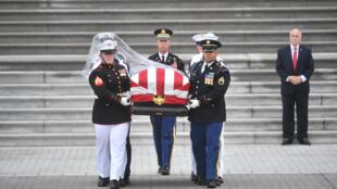 2018年9月1日,美國參議員麥凱恩的靈柩離開華盛頓國會大廈,前往華盛頓大教堂。在國葬儀式之後,將遠離公眾視線,由家人陪送至東海岸安那波里斯海軍學院附近的墓地安葬。