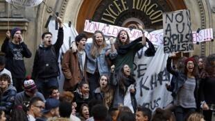 Ученики парижского лицея Тюрго, блокирующие вход в учебное заведение 17/10/2013