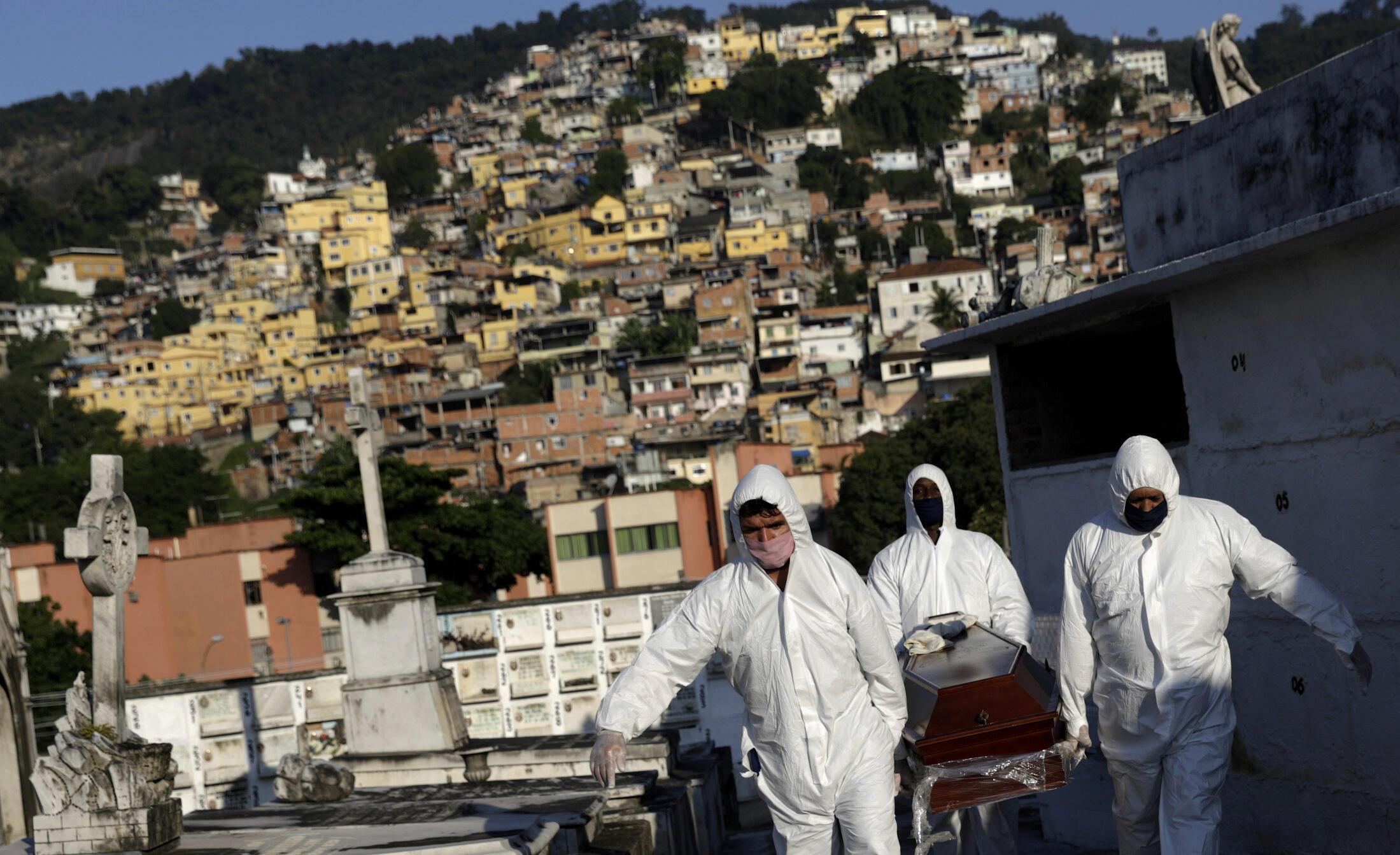 Nhân viên nhà tang lễ chuyển người quá cố vì virus corona tại Rio de Janeiro, Brazil, ngày 18/05/2020.