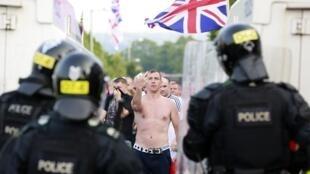 Une trentaine de policiers a été blessée à Belfast lors de heurts avec de jeunes militants loyalistes.