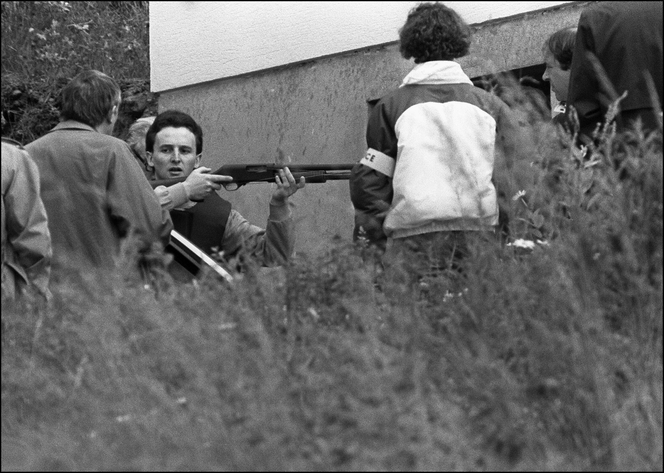 Jean-Marie Villemin le 20 juin 1985 lors de la reconstitution du meurtre de son cousin Bernard laroche qu'il pensait être l'assassin de son fils Grégory.